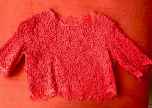 Blusa corta de encaje rojo