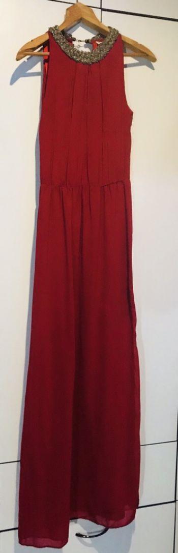 Vestido rojo largo con aplicaciones tipo  collar