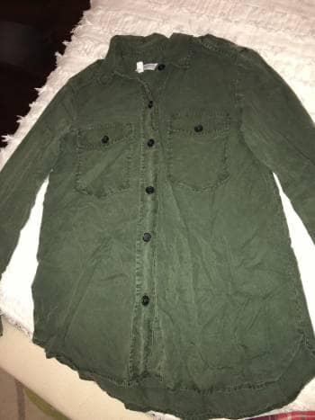 Camisola verde con botones negros