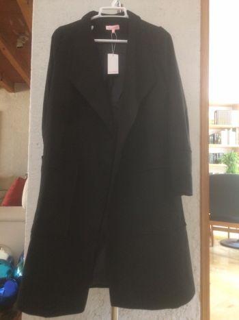 Abrigo negro con bolsas