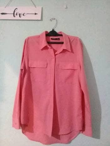 Camisa coral.