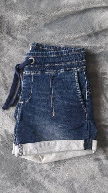 Shorts oscuros con cinta