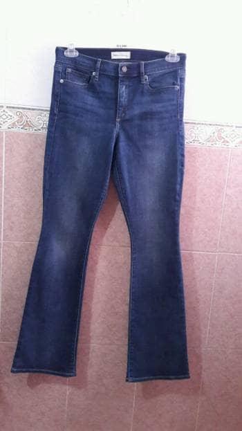 Jeans acampanados a la cintura