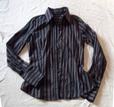 Camisa negra con rayas blancas