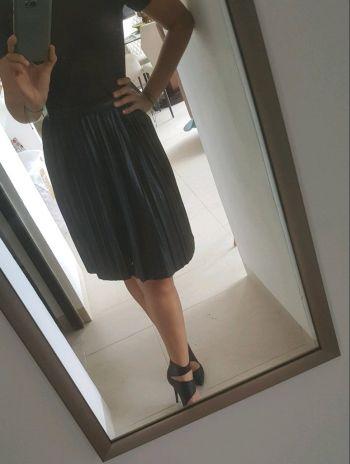 Falda negra pliegues vinipiel