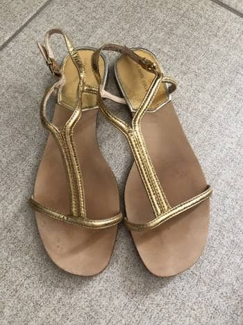 Sandalias doradas piel