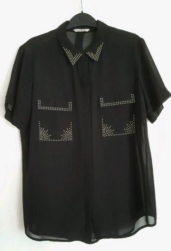 Blusa color negro de manga corta con estoperoles