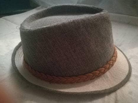 Sombrero gris con blanco