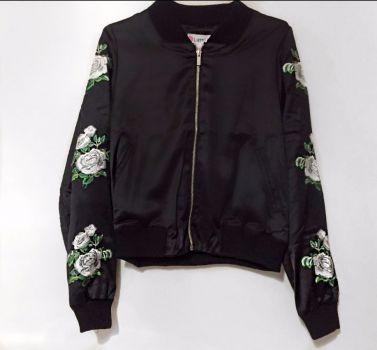 80f1ddd3c914a Bomber Jacket Negra Con Estampado Floral - GoTrendier - 308103