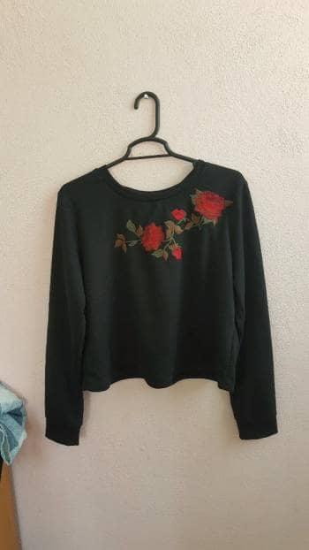 Blusa negra con estampado de flores cocidas