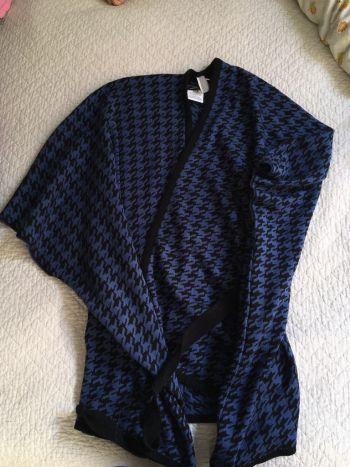 Poncho cruzado azul con negro