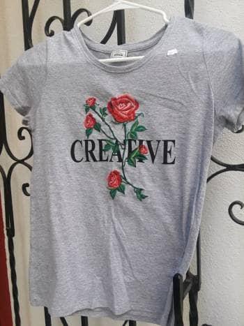 Camisas gris creativa con flor muy bonita