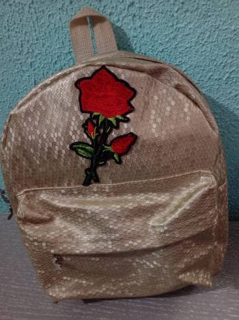 Back pack dorada con bordado SOLO HOY!!