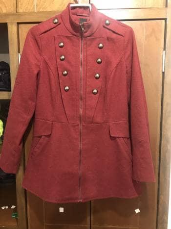 Abrigo color vino ajustado