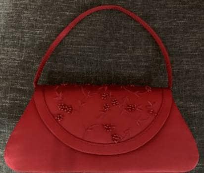 Bolsa roja de mano con pedreria