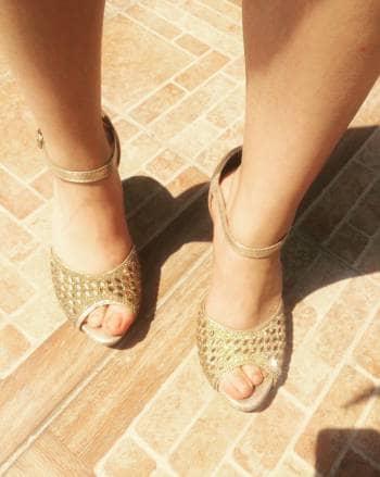 Zapatillas doradas cómodas