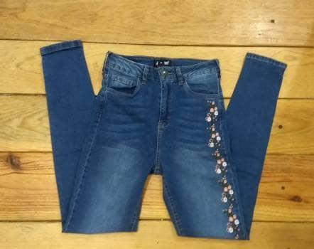 Jeans con estampado de flores
