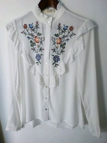 Blusa de flores bordada