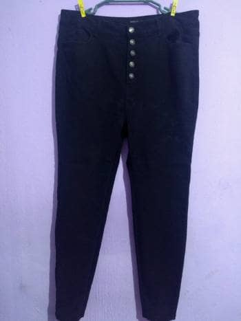 Pantalón jegging negro deslavado