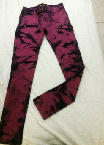 Pantalon con estampado color guinda