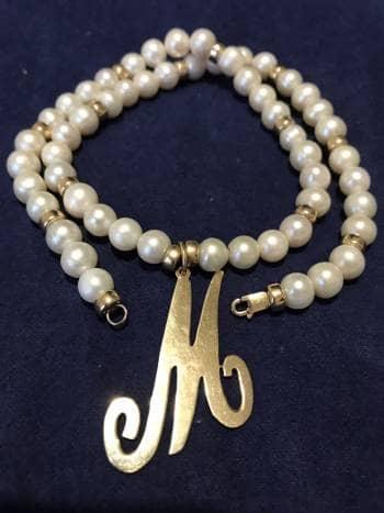 Hermoso collar con dije M de oro y 54 perlas