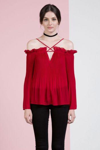 Blusa roja plisada a los hombros